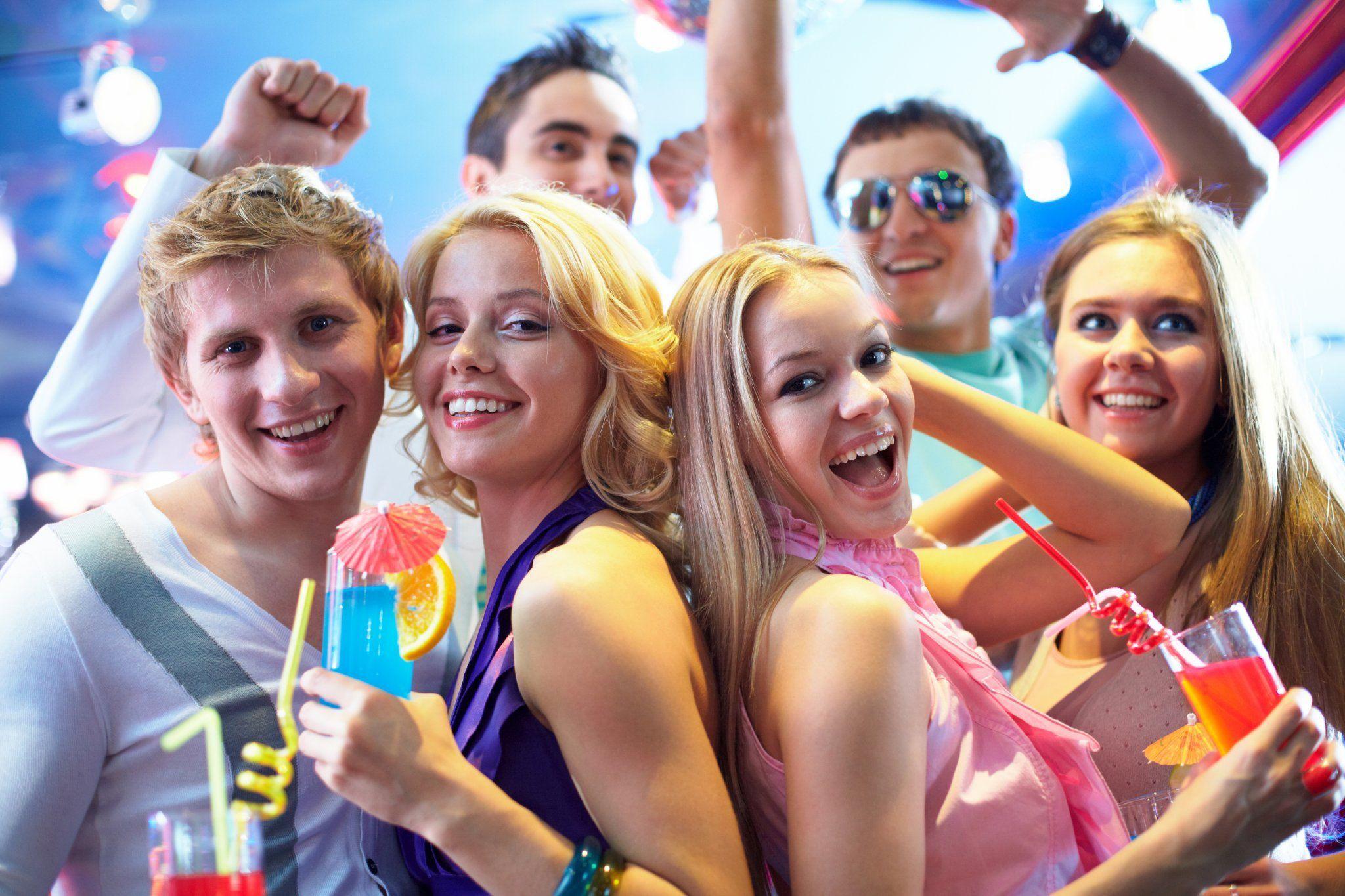 Молодежь развлекается на вечеринке — 8