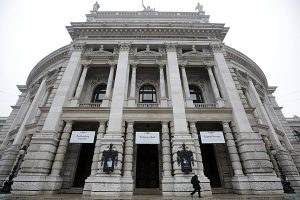 "Erneut ""Identitären""-Protest in Wien: Transparent am Burgtheater gehisst"