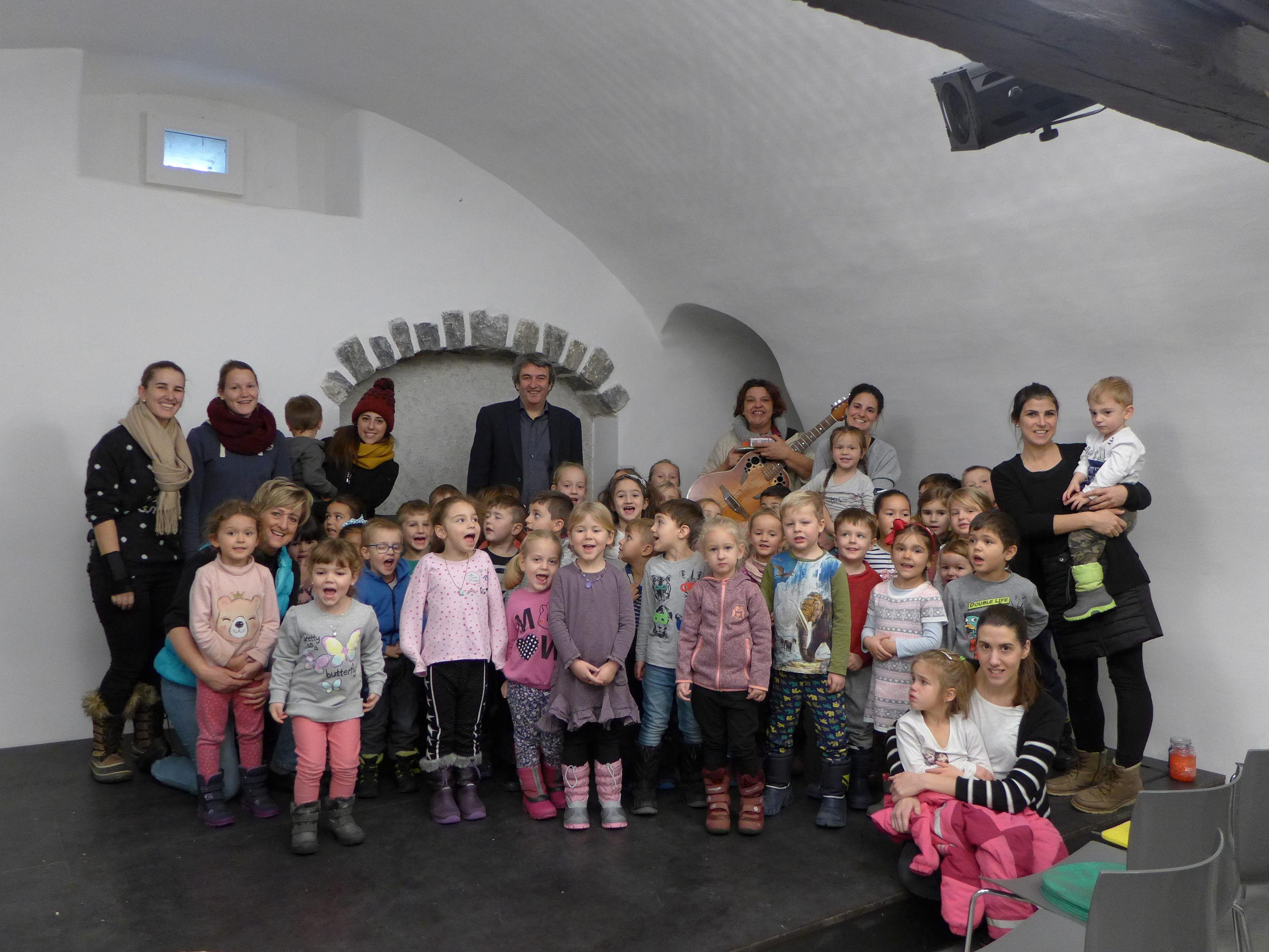 Weihnachtliche Stimmung und glänzende Kinderaugen im Kellertheater ...