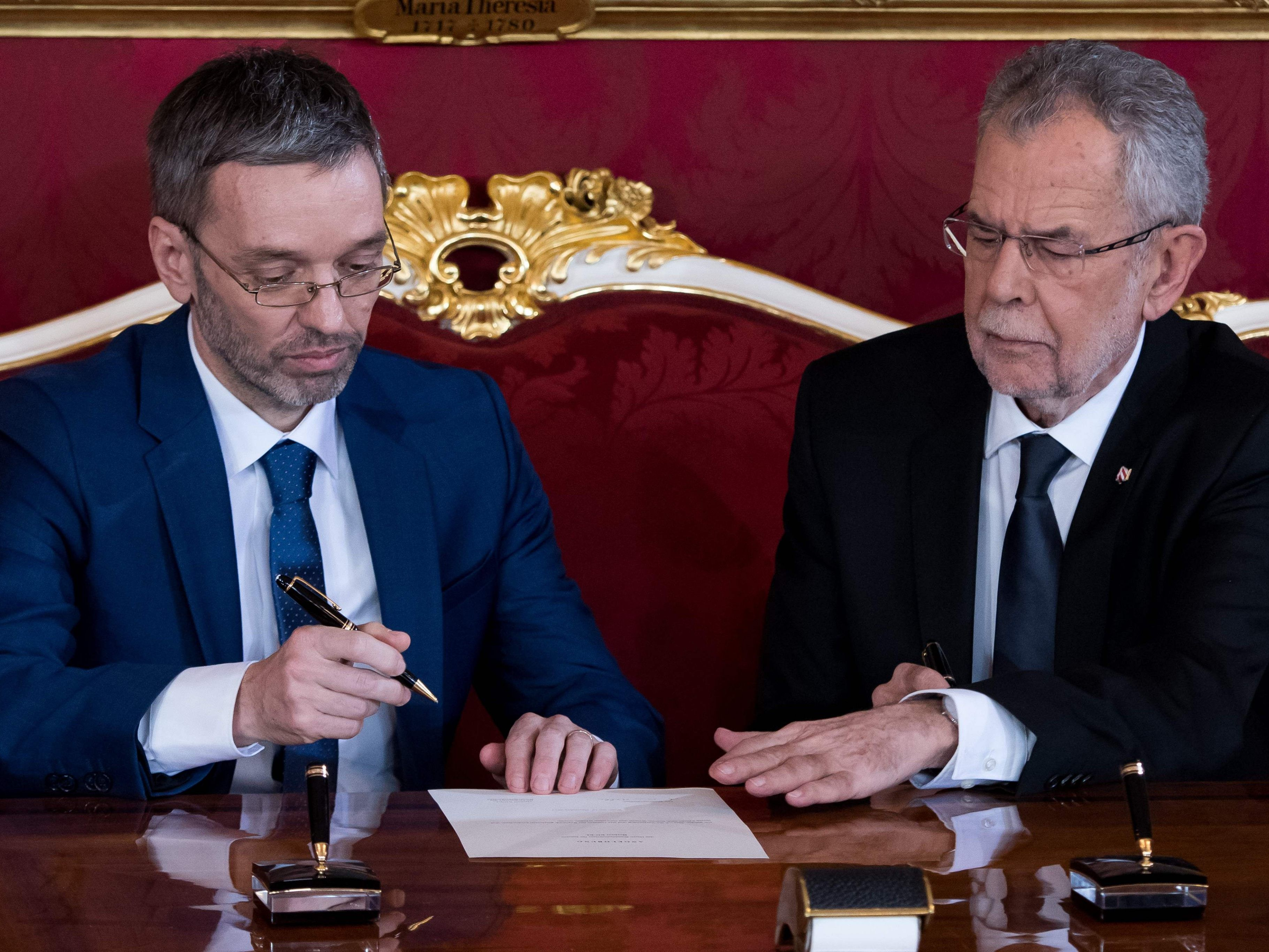 Kickl: FPÖ-Innenminister will Flüchtlinge an einem Ort