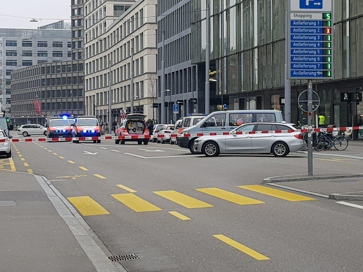 Schüsse vor Züricher Bank: Zwei Tote
