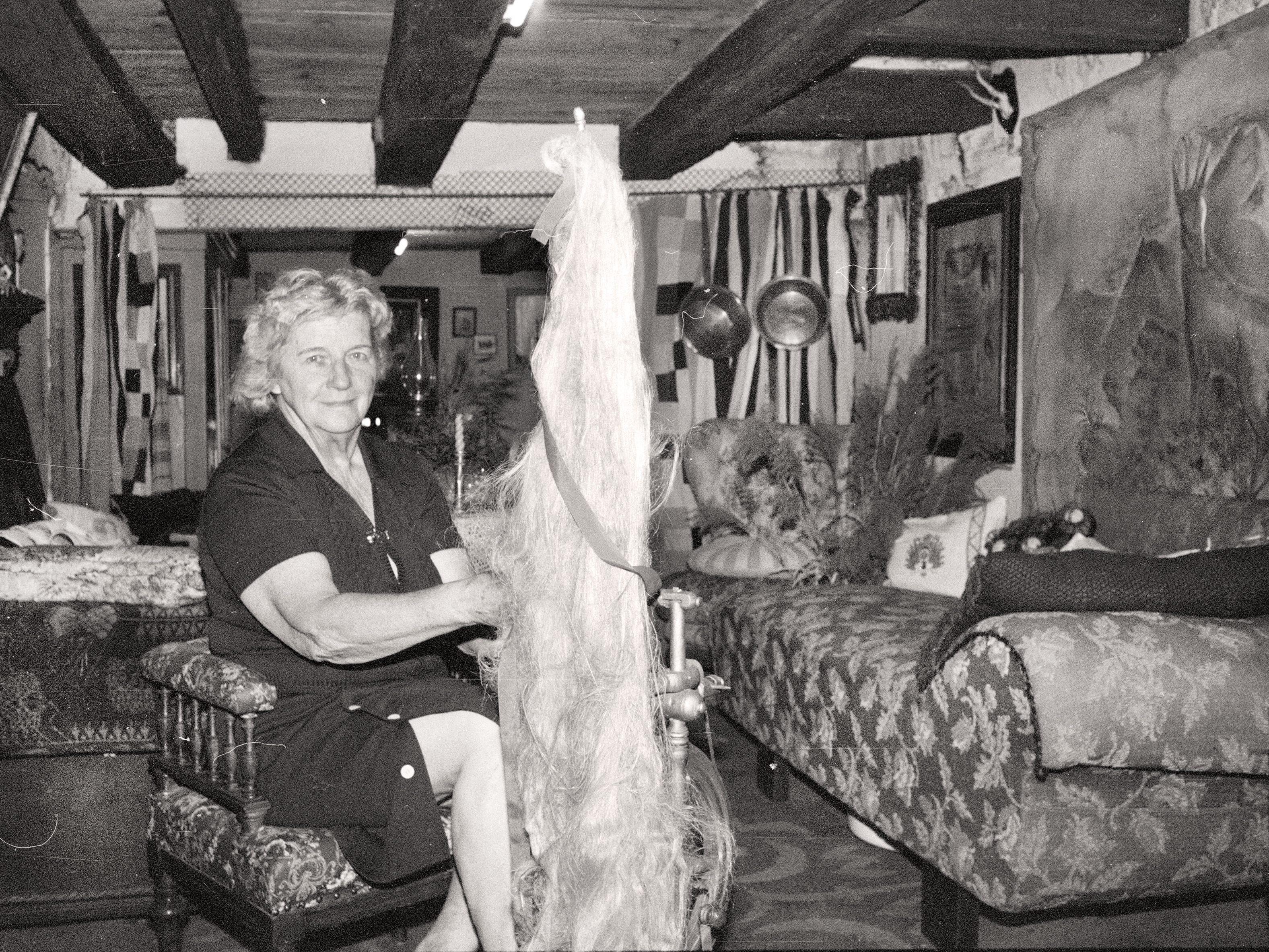 Berta Zwickle am Spinnrad in ihrem Raritätenkabinett.