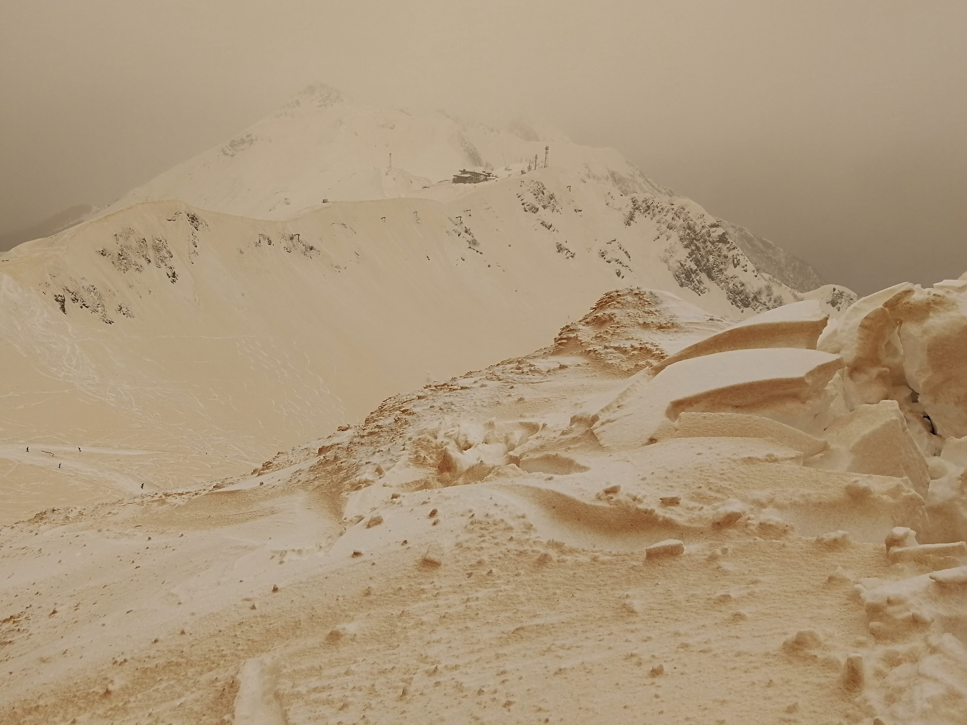 Sahara-Sand färbt Schnee in Osteuropa orange