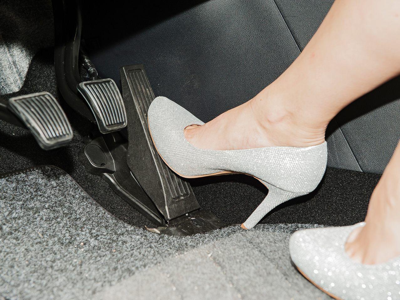 newest 68b89 1228a ÖAMTC warnt: Flip-Flops und High Heels gefährlich beim ...