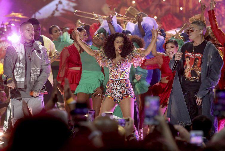 Taylor Swift Dominiert American Music Awards Stars Volat
