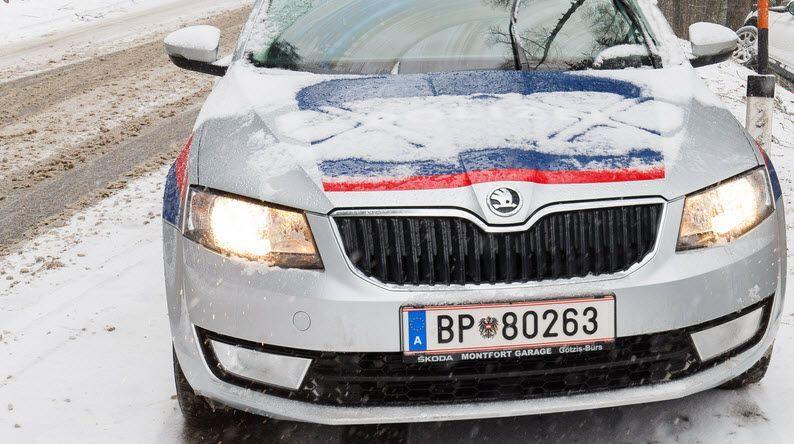 Vorarlberg: Auto überschlägt sich auf Schneefahrbahn
