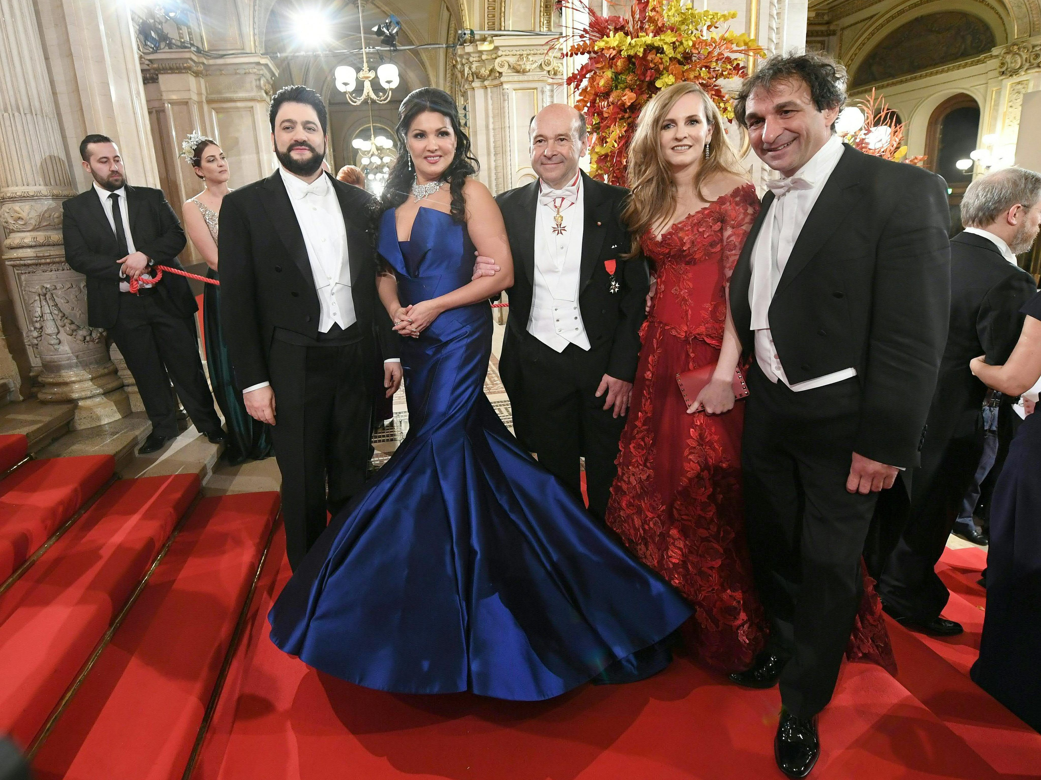"""Anna Netrebko mit """"sehr gefährlichem"""" Kleid am Opernball"""