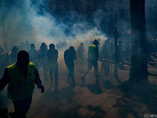 Empörung über Protestbewegung: Gelbwesten fordern Polizisten zum Suizid auf