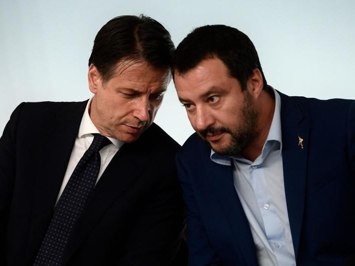 Conte links, Salvini rechts