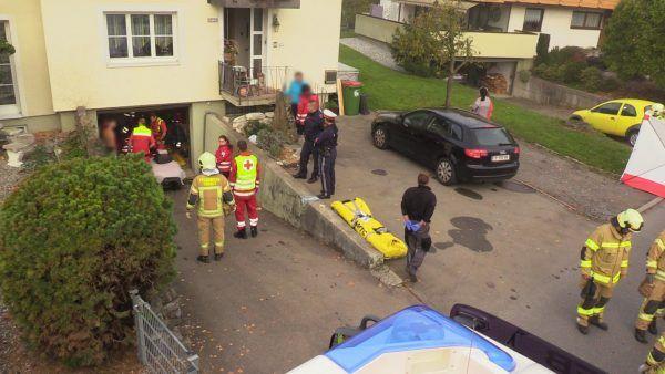 Vorarlberg: Mann in Höchst von eigenem Auto eingeklemmt