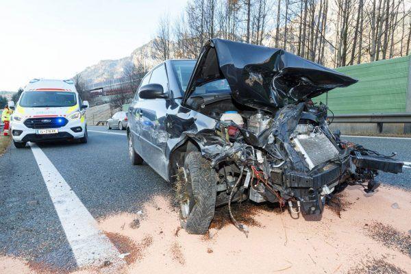 Verkehrsunfall auf der S16: Pkw kracht in Kleinbus
