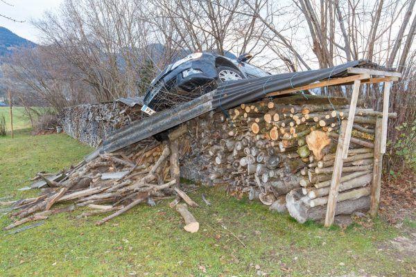 Vorarlberg: Pkw landet in Satteins im Holzstapel