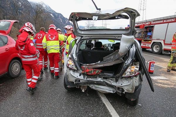 Drei Fahrzeuge kollidieren - mehrere Verletzte
