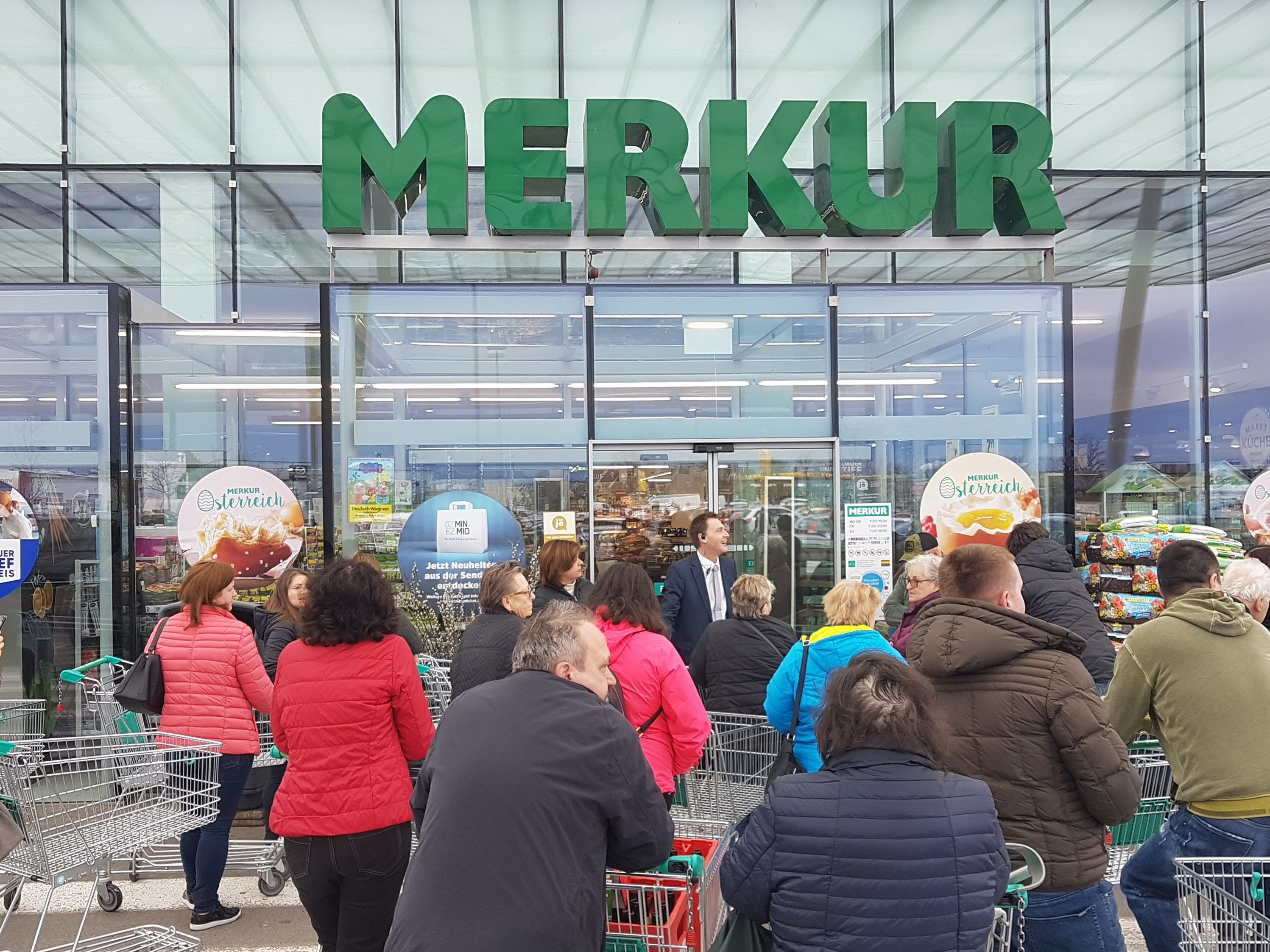 Schlange vor einem Supermarkt in Deutsch-Wagram.