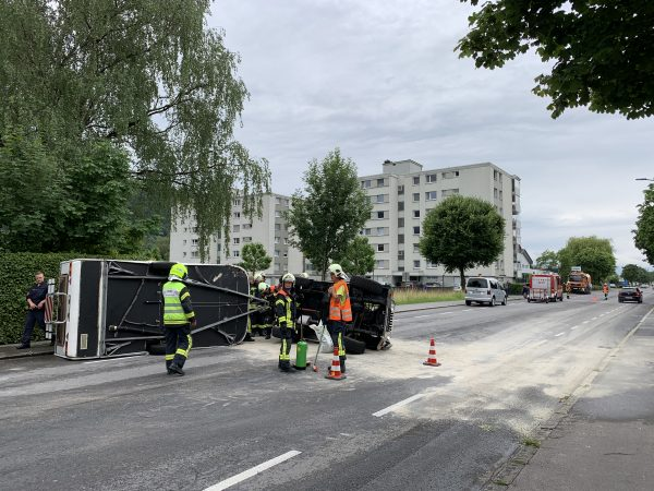 Götzis: Jeep kracht in Autotransporter