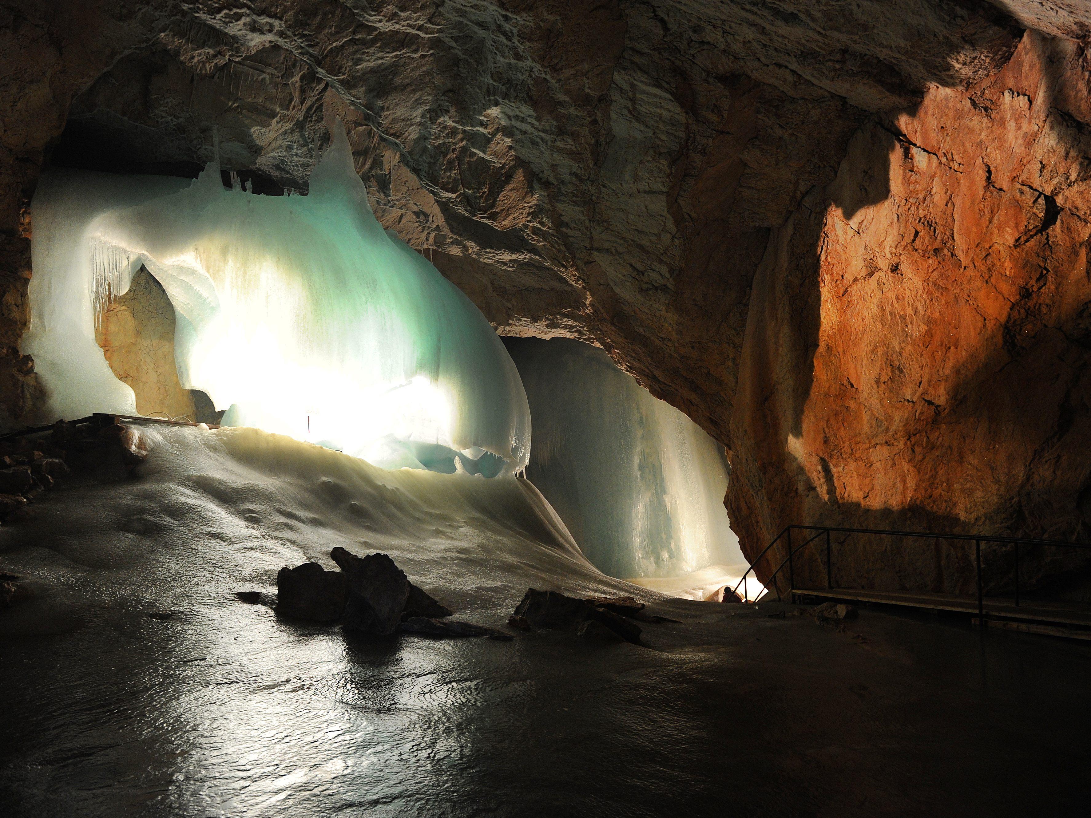 Steinschlag in Eishöhle: 13-Jähriger stirbt in Österreich | BR24
