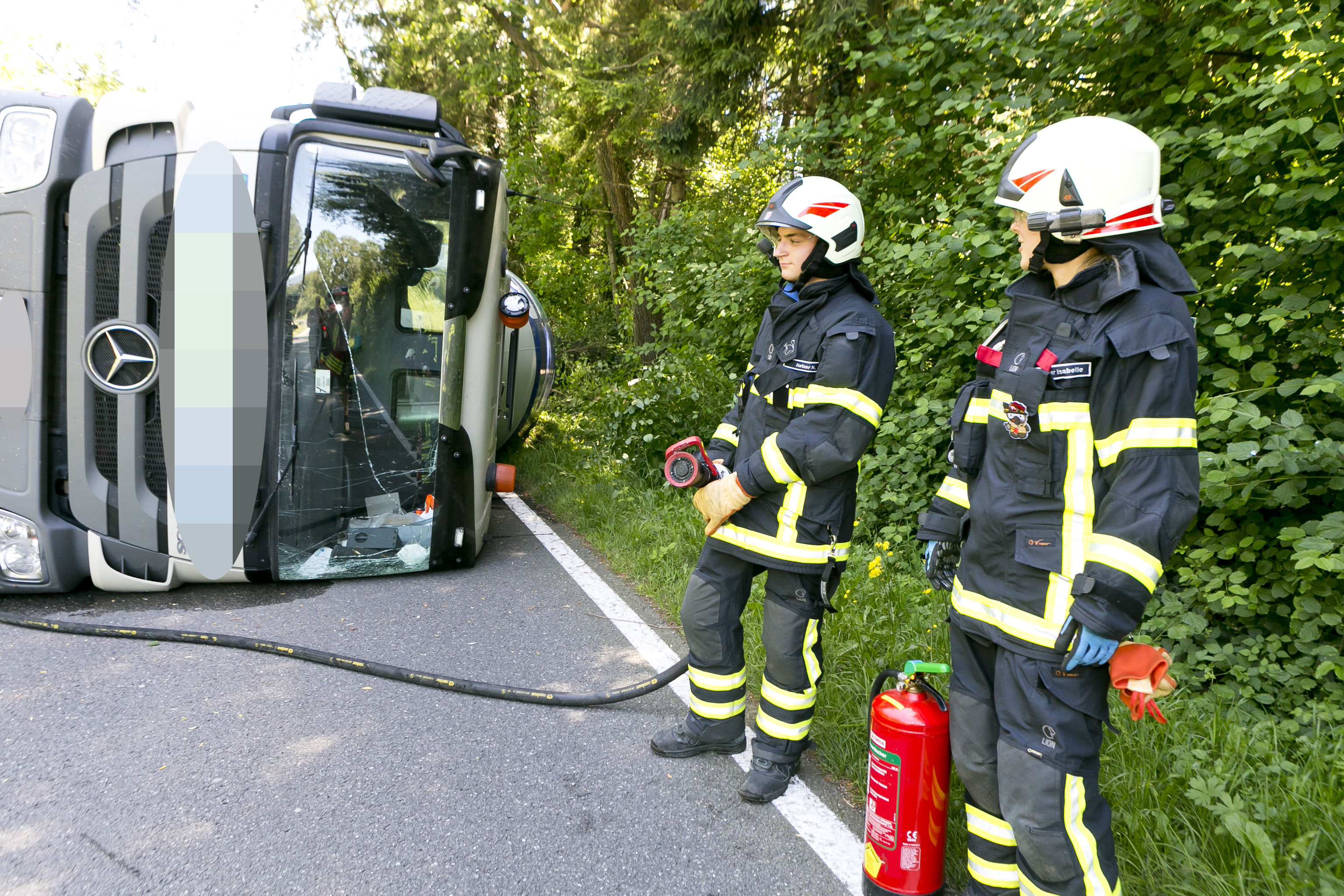Koblach: 34,5 Tonnen-Lkw kippte um - Fahrer verletzt