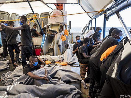 Banksy schenkt deutschen Flüchtlingsrettern ein Schiff - und bemalt es