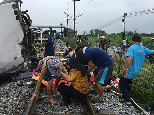 Zug rammt Bus an Bahnübergang: Mindestens 17 Tote!