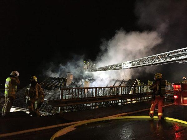 14 Personen retten sich aus brennendem Haus