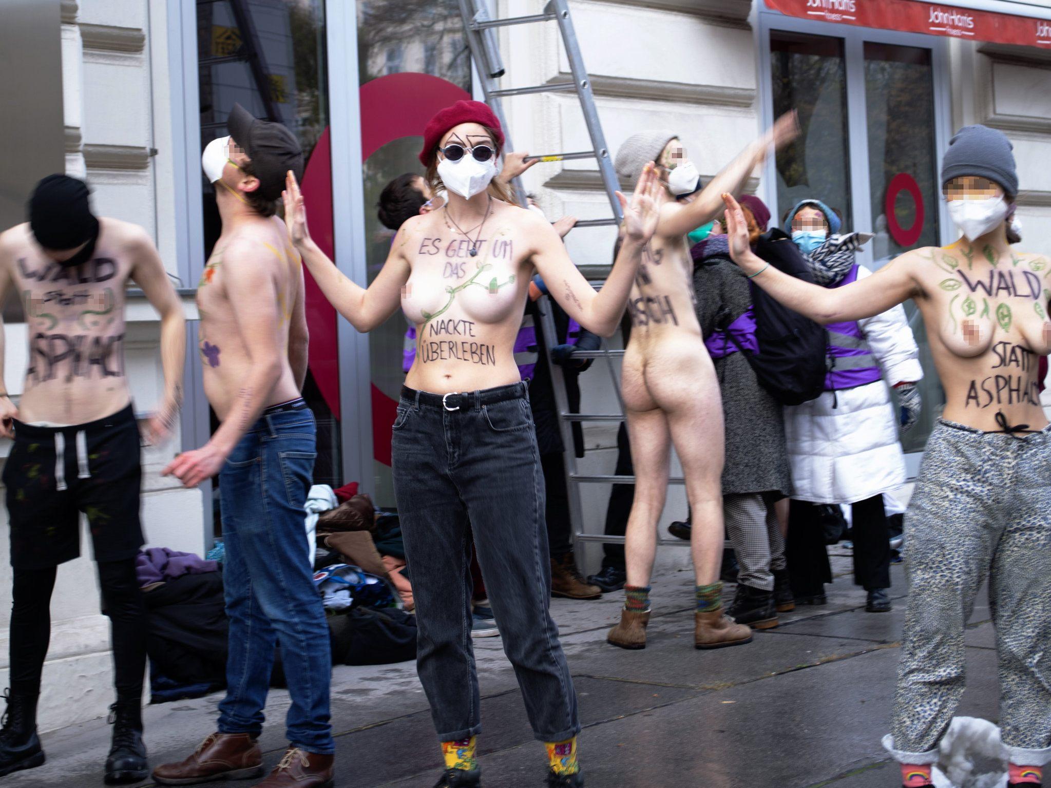 Nackter-Protest-vor-der-Deutschen-Botschaft-in-Wien