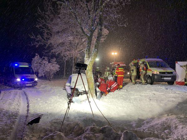 In Baum gekracht: Lenker wurde schwer verletzt