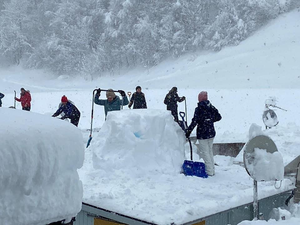 Nach Hilferuf in Gortipohl - Freiwillige befreien Wohnwagen vom Schnee