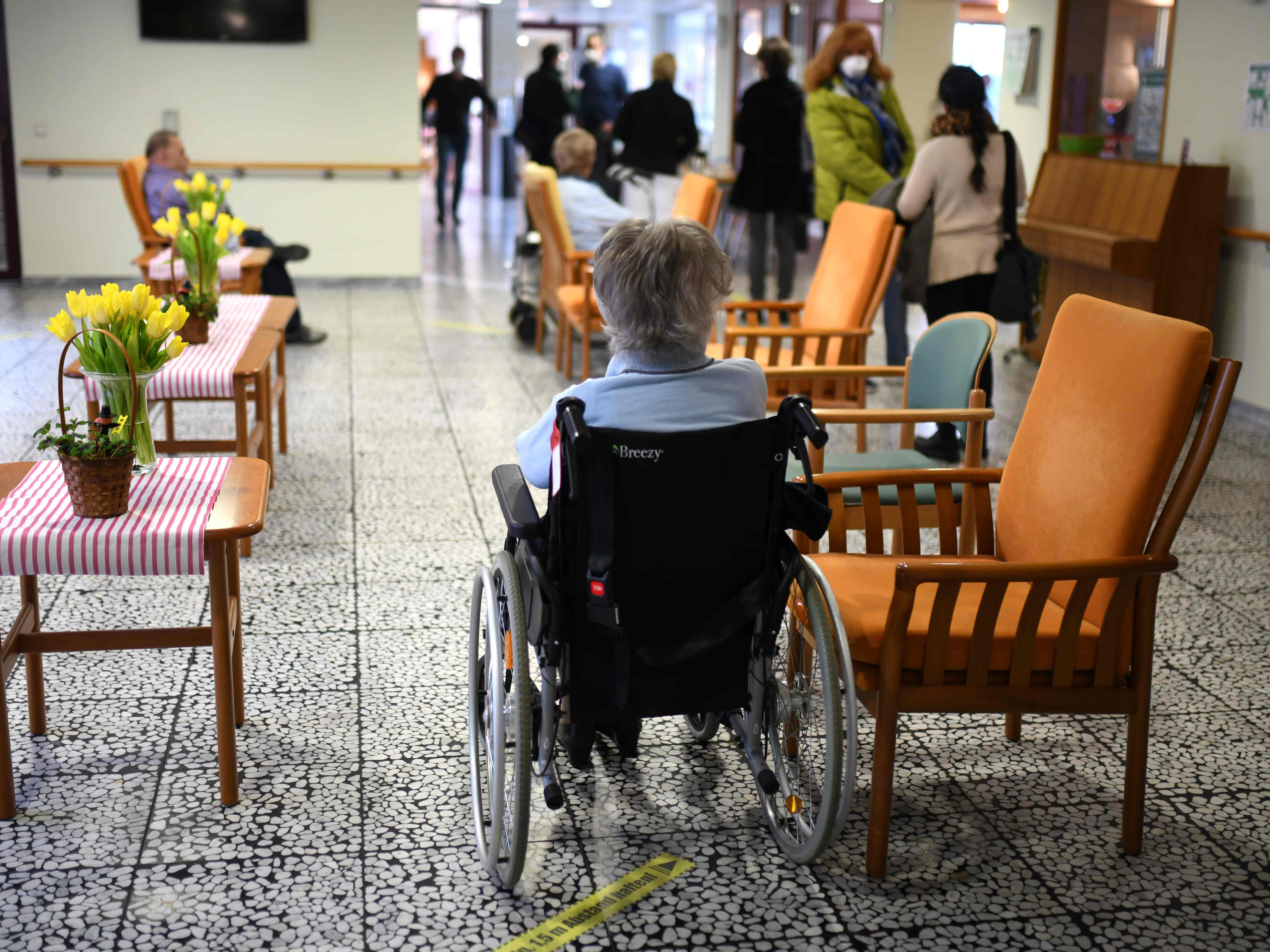 K-ssendes-Senioren-Paar-erst-rmt-Herzen-der-Welt