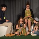 Die jungen Schauspieler brillierten auf der Bühne. - Die jungen Schauspieler brillierten auf der Bühne.