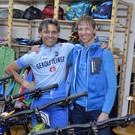 Auch Michael Rüscher interessiert sich für die Bikes von Martin Fink - Auch Michael Rüscher interessiert sich für die Bikes von Martin Fink