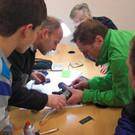 Oft tüfteln Gäste gemeinsam mit dem Reparaturcafé-Team an einem Gerät.  - Oft tüfteln Gäste gemeinsam mit dem Reparaturcafé-Team an einem Gerät.