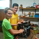 Auch die Jugend hilft fleißig mit: Samuel und Elias sind regelmäßig im Reparaturcafé anzutreffen. - Auch die Jugend hilft fleißig mit: Samuel und Elias sind regelmäßig im Reparaturcafé anzutreffen.