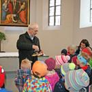 Pfarrer Albert Egender führte die Kindergartenkinder durch die Pfarrkirche. - Pfarrer Albert Egender führte die Kindergartenkinder durch die Pfarrkirche.