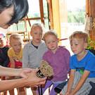 In der Juppenwerkstatt wurden die Kinder in die Geheimnisse der Bregenzerwälder Tracht eingeführt. - In der Juppenwerkstatt wurden die Kinder in die Geheimnisse der Bregenzerwälder Tracht eingeführt.