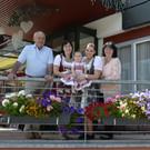Seniorchef Gerhard Spöttl mit Tochter Sabine, Enkelinnen Michaela und Anna, Urenkelin Leonie - Seniorchef Gerhard Spöttl mit Tochter Sabine, Enkelinnen Michaela und Anna, Urenkelin Leonie