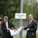 Regierungsrat Willi Haag und Landesrat Rainer Gögele enthüllen die Brückenschiler. - Regierungsrat Willi Haag und Landesrat Rainer Gögele enthüllen die Brückenschiler.