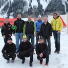 Vorne die Langlauf-Trainer, hinten die großzügigen Sponsoren und die Obmänner der Wintersportvereine Schoppernau und Au. - Vorne die Langlauf-Trainer, hinten die großzügigen Sponsoren und die Obmänner der Wintersportvereine Schoppernau und Au.