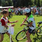 Übergabe der Fahrradfahrerin an die Läuferin. - Übergabe der Fahrradfahrerin an die Läuferin.