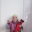 Kind freut sich über warme Stiefel - Kind freut sich über warme Stiefel